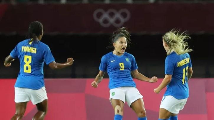 Debinha comemora após marcar o primeiro gol do Brasil contra a Holanda