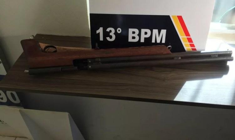 Arma usada pelo marido foi apreendida — Foto: João Ricardo da Cruz