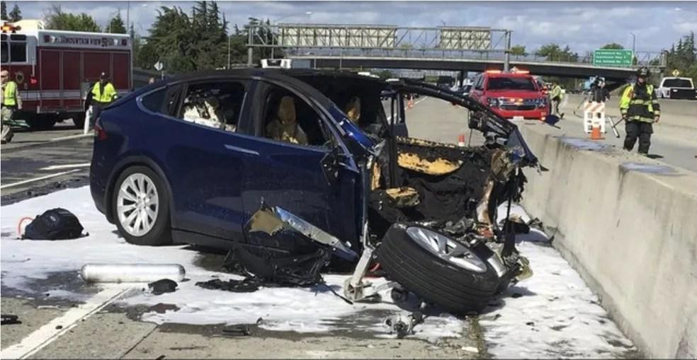 Motorista morreu em acidente com Model X da Tesla na Califórnia em 2018 — Foto: KTVU/AP