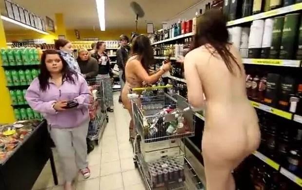 Supermercado alemão fez promoção para clientes que estivessem nus. (Foto: Reprodução)