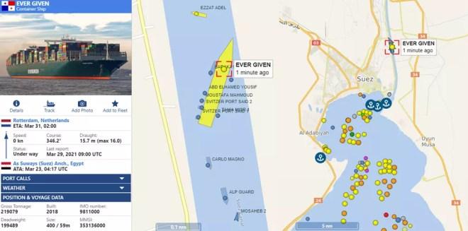 """Imagens do site vesselfinder.com mostram o Ever Given em uma posição diferente na manhã desta segunda-feira (29), a atualização do status do meganavio para """"under way"""" (em andamento) e dezenas de embarcações no Golfo de Suez à espera da liberação do canal — Foto: Montagem/vesselfinder.com"""