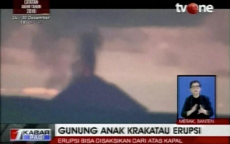 Imagem feita a partir de um vídeo mostra o vulcão Krakatoa em erupção na Indonésia em 22 de dezembro de 2018 — Foto: TV One / via AP Photo
