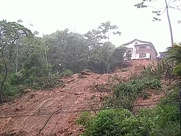 Pousada ficou em penhasco (Foto: Reprodução/TV Globo)