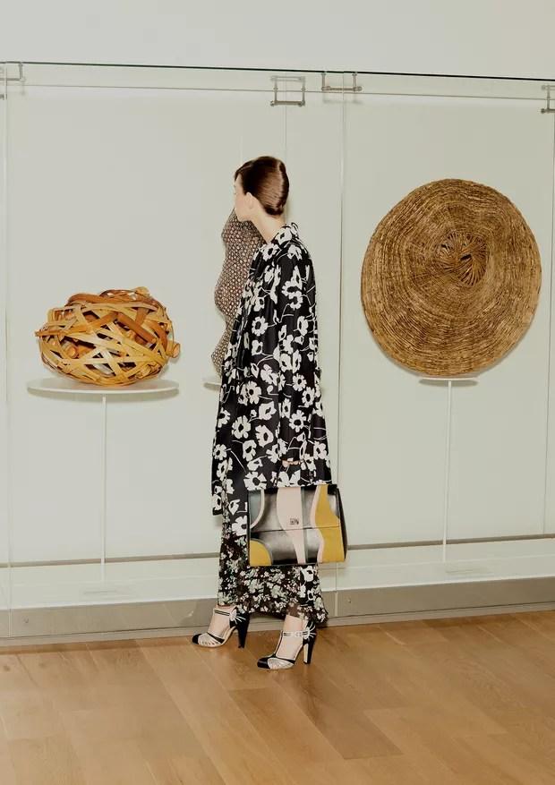 Lorena Maraschi posa entre o cesto de flores Reminiscência (2010), de Kogyoku Monden, e a obra Ensö (2014), de Chikuunsai IV Tanabe, usando casaco, R$ 1.450, Sissa; vestido, R$ 18.500, Dior. Sapatos, R$ 4.820, Gucci; bolsa, R$ 8.800, Hugo Boss (Foto: Rafael Pavarotti)