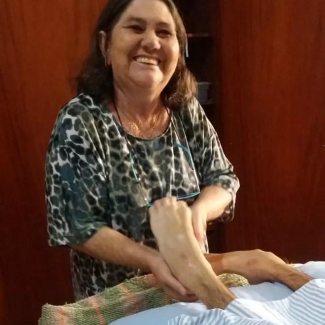 A dona de casa Dulce Helena Rosa massageia os pés do filho, Rian Augusto Rosa, na Santa Casa de Batatais — Foto: Arquivo Pessoal