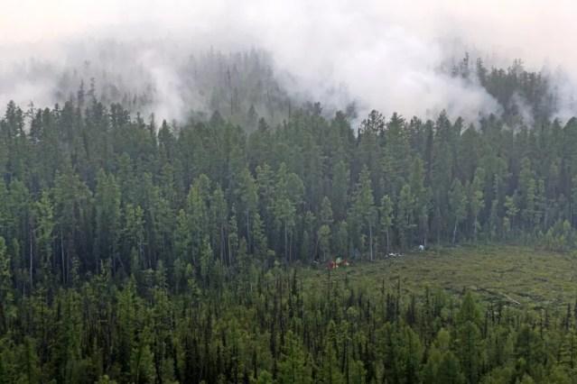 A foto, de 29 de julho, mostra o incêndio na floresta na região de Krasnoyarsk, no leste da Rússia. O fogo já atingiu 30 mil quilômetros quadrados na Sibéria e no leste russo. — Foto: Russian Federal Agency of Forestry via AP