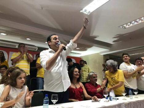 Paulo Câmara (PSB) agradece apoios recebidos em entrevista coletiva, após resultado oficial — Foto: Marina Meireles/G1
