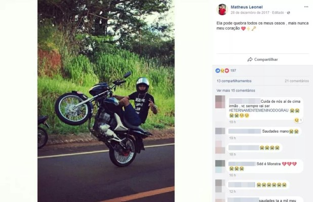 Matheus Leonel publicou foto onde empinava motocicleta em rede social (Foto: Reprodução/Facebook/Matheus Leonel)