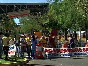 Manifestantes impedem entrada de caros na UFMT (Foto: Reprodução / TVCA)