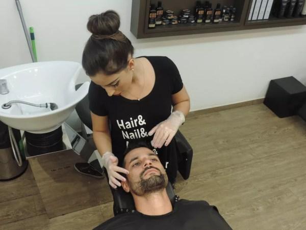 Clientes de afirmam que sutileza no toque é o diferencial ao ser atendida por uma barbeira (Foto: Marcos Lavezo/G1)
