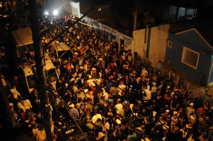 Amigos e fãs prestam homenagens a MC Kevin rua Astrapeia, em Vila Medeiros, Zona Norte da capital paulista, na noite desta segunda-feira (17). — Foto: EDUARDO MARTINS/THENEWS2/ESTADÃO CONTEÚDO