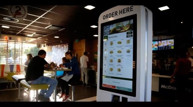 Atendimento por totens digitais, no McDonald's (Foto: Divulgação)