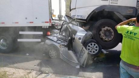 Motorista e passageiro do carro esmagado pelos caminhões não resistiram aos ferimentos  (Foto: Reprodução/WhatsApp)