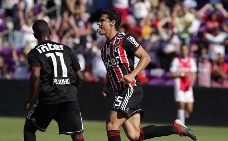 Hernanes comemora o gol sobre o Ajax — Foto: Rubens Chiri / saopaulofc.net