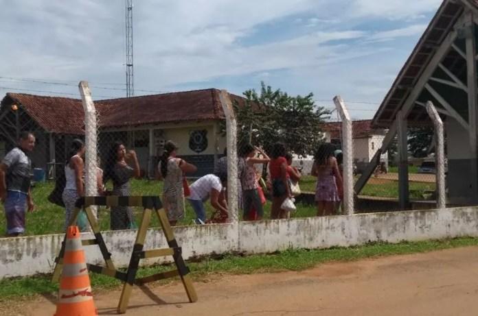 Visitantes esperam a entrada no presídio de Rio Branco neste domingo (6) (Foto: Quésia Melo/G1)