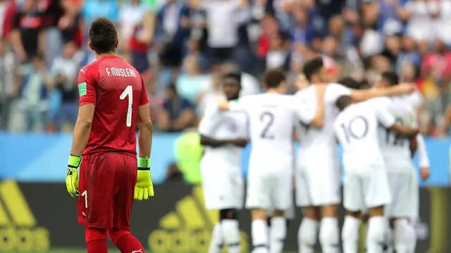 Após falha, Muslera observa França comemorar segundo gol contra Uruguai