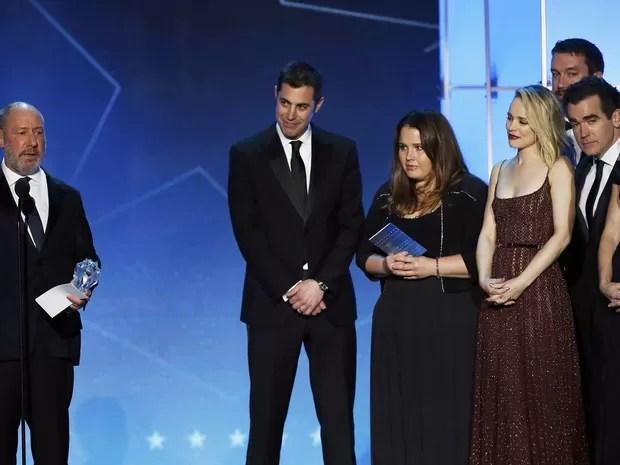 O produtor Steve Golin (à esquerda) discursa ao ganhar o Critics' Choice Awards de melhor filme por 'Spotlight' junto com parte do elenco e da equipe, incluindo Rachel McAdams (Foto: Mario Anzuoni/Reuters)