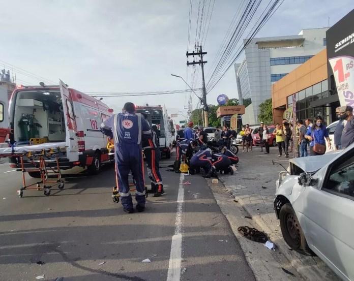 Um grave acidente de trânsito deixou pessoas feridas na manhã desta quinta-feira (13)  — Foto: Eliana Nascimento/G1 AM