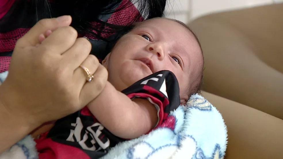 Bebê é apegado a mãe — Foto: Reprodução