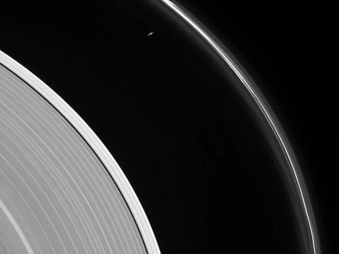 Vista da lua de Saturno Prometheus de dentro de um anel do planeta (Foto: RNASA/JPL-Caltech/Space Science Institute)