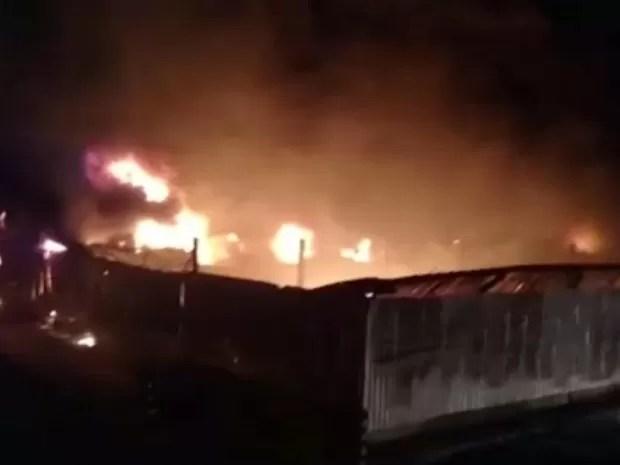 Incêndio atingiu depósito ao lado de rodovia em Tietê (Foto: Reprodução/TV TEM)