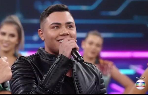 Felipe Araújo cantou 'Atrasinha' no palco do 'Domingão' — Foto: TV Globo