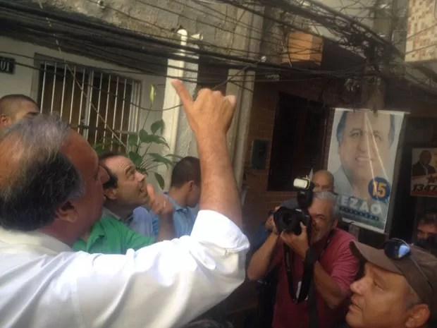 Galhardetes do candidato Pezão em postes públicos da Tavares Bastos (Foto: Janaína Carvalho / G1)