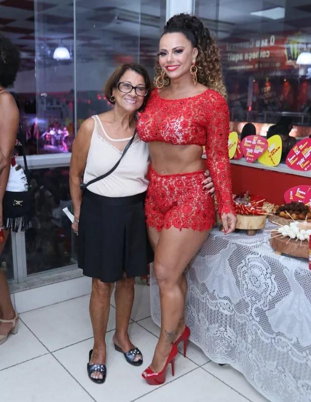 Viviane Araújo e a mãe, Neusa (Foto: Anderson Borde / AgNews)