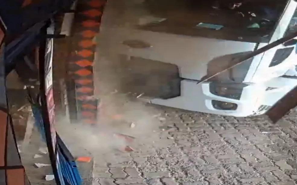 Caminhão atinge parede da loja em Valparaíso de Goiás — Foto: Reprodução/TV Anhanguera