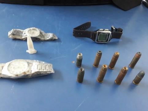 Objetos encontrados com o suspeito (Foto: Extra de Rondônia/Reprodução)