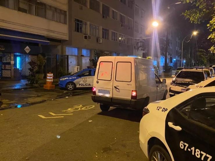 Carro branco foi utilizado na tentativa de fuga frustrada pela PM do Rio — Foto: Eduardo Deconto