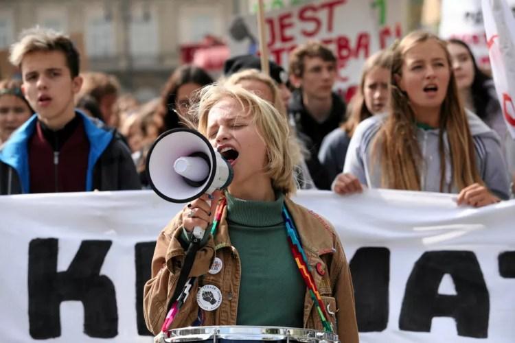 Manifestante fala em alto-falante durante protesto pelo clima na Cracóvia, Polônia. — Foto: Jakub Wlodek/Agencja Gazeta via Reuters