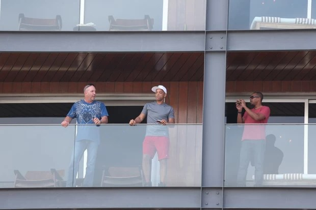 Will Smith na sacada do hotel (Foto: André Freitas / AgNews)