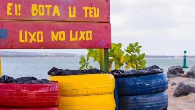 Coletivo Diqueline constrói placas e lixeiras que são instaladas na praia de Miramar, em Cabedelo — Foto: Paulo Lima/Diqueline/Divulgação