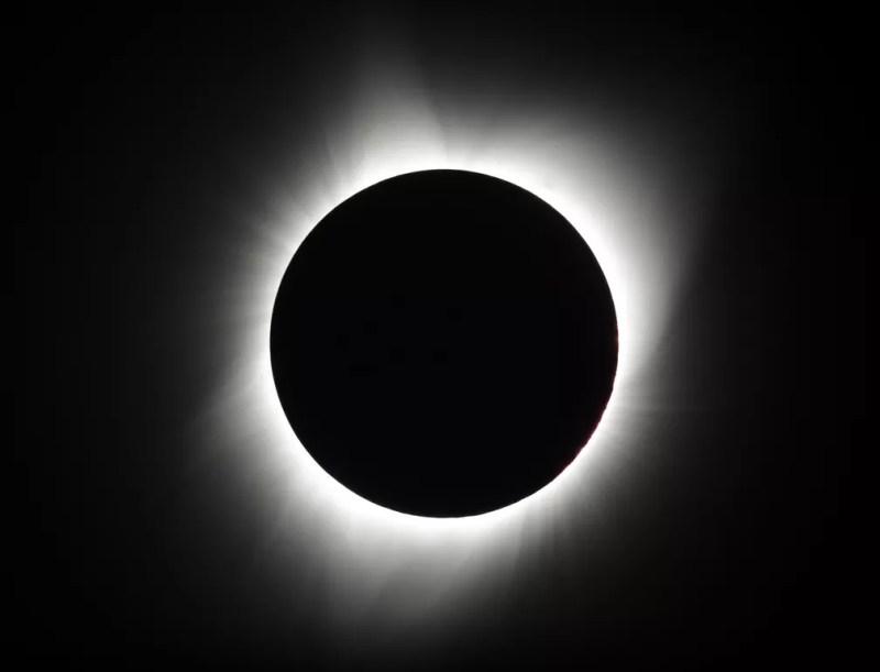 Lua cobre o sol durante eclipse total em 21 de agosto de 2017 nos EUA — Foto: Ted S. Warren/AP Photo