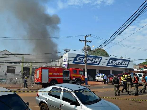 Fogo iniciou no forro da loja da Gazin, em Rio Branco (Foto: Aline Nascimento/G1)
