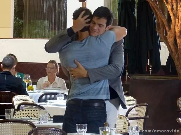 Sem perceber que está sendo vigiado, Félix se encontra com o amante (Foto: Amor à Vida / TV Globo)