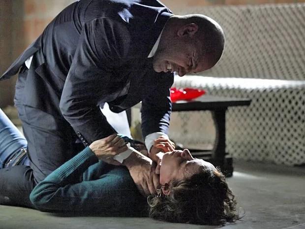 Brigel tenta enforcar Lorraine a mando de Maria Marta (Foto: Império / TV Globo)