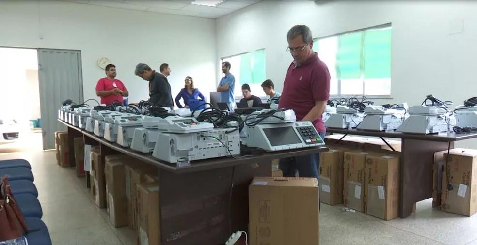 Urnas eletrônicas se preparam para ser utilizadas (Foto: TV Globo/Reprodução)