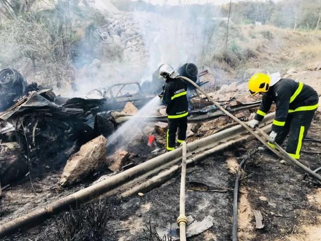 Motorista e passageiro ainda não foram identificados (Foto: Corpo de Bombeiros/Divulgação)