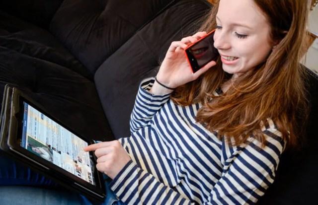 Na pesquisa, meninas disseram usar redes sociais com mais frequência que meninos — Foto:  AJ PHOTO/BSIP/AFP