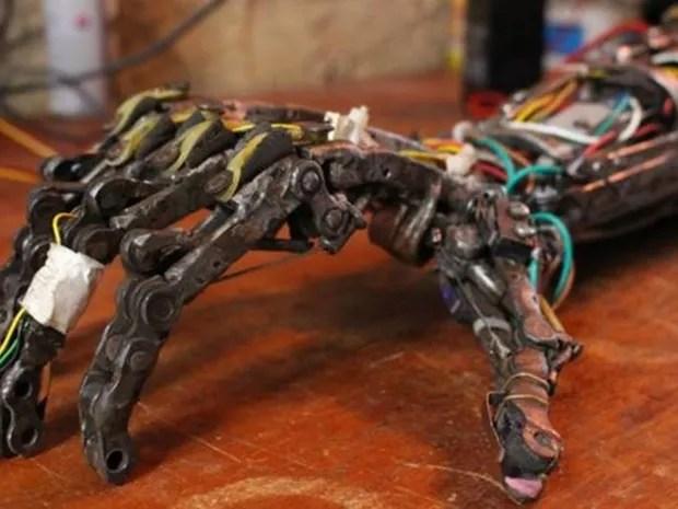 Próteses foram feitas com peças descartáveis e partes de utensílios domésticos  (Foto: Rafael Luis Azevedo/BBC)