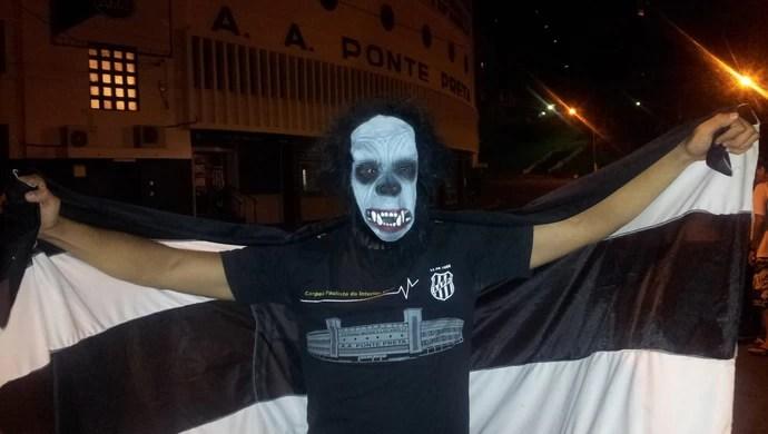 Estudante comemora vitória da Ponte Preta  (Foto: Fernando Pacífico)