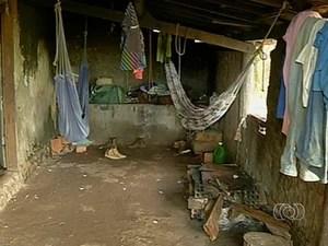 Por causa do pouco espaço os trabalhadores dormiam em redes (Foto: Reprodução/TV Anhanguera)