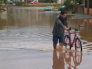 Chuva afeta pelo menos 1,1 mil pessoas na região central do Paraná (Foto: Reprodução / RPC TV)