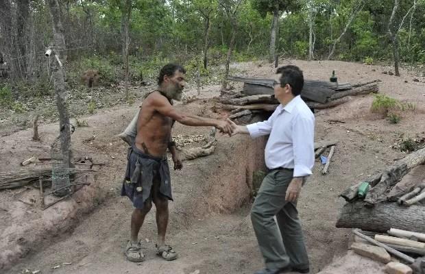 Juiz visita buraco onde homem vive há 25 anos para decidir sobre ação em Goiás (Foto: Divulgação/TJ-GO)