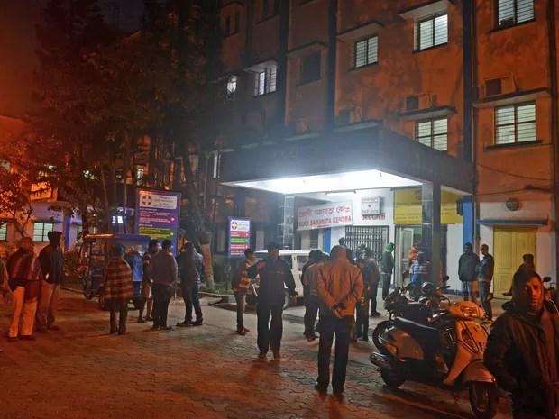 Moradores se reúnem na entrada de hospital em Siliguri, nordeste do país (Foto: Diptendu Dutta / AFP Photo)