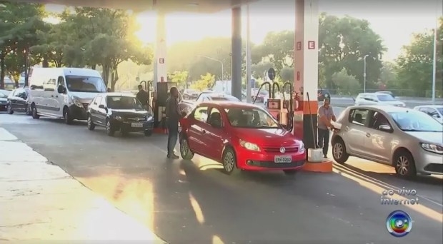 Motoristas enfrentam fila em postos de combustíveis em Sorocaba (Foto: Reprodução/TV TEM)
