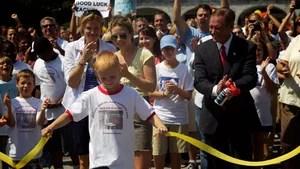 Uma história real de Zach Bonner, o fundador da Fundação Little Red Wagon, uma organização sem fins lucrativos que ele formou em 2005, aos 7 anos, depois do furacão Charley. Durante meses, Zach usou seu carrinho vermelho para recolher água e suprimentos para as vítimas da tempestade. Desde então, a fundação cresceu e se empenha em ajudar as crianças desabrigadas.
