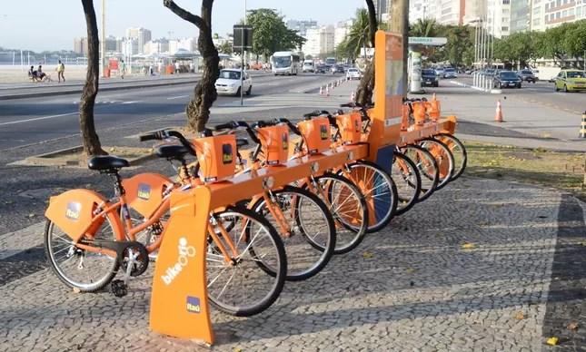 Uma estação das bicicletinhas laranjas como esta foi instalada na Orla Conde, junto ao Armazém da Utopia, para atender participantes de evento sobre sustentabilidade
